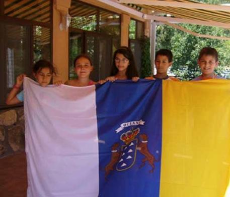 Con-la-bandera-Canarias